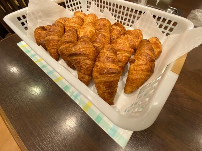 朝食 焼き立てクロワッサン2