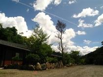 敷地と飛行機雲