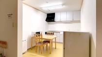 *別館館内(2階台所・自炊スペース)/2階の自炊スペースには電子レンジや冷蔵庫がございます。