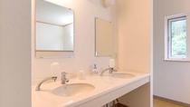 *別館館内(洗面台)/共有の洗面台となります。