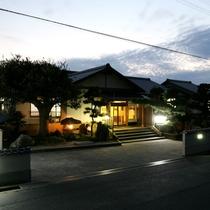 当館外観(夜)