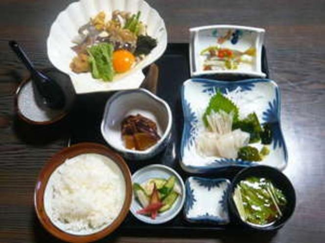 ほたて貝・いか・えび・野菜を味噌仕立てに、卵でとじた、郷土料理味噌貝焼き