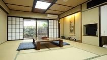 和室10畳。プチお庭付きの当館自慢のお部屋です♪