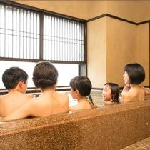 家族みんなで入ってもゆったり湯船の貸切家族風呂