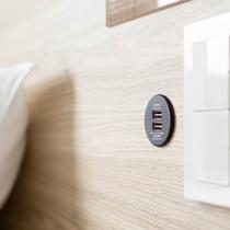 ベッドボードにUSB充電口★すべての客室のベッドボードにUSB充電口がございます★