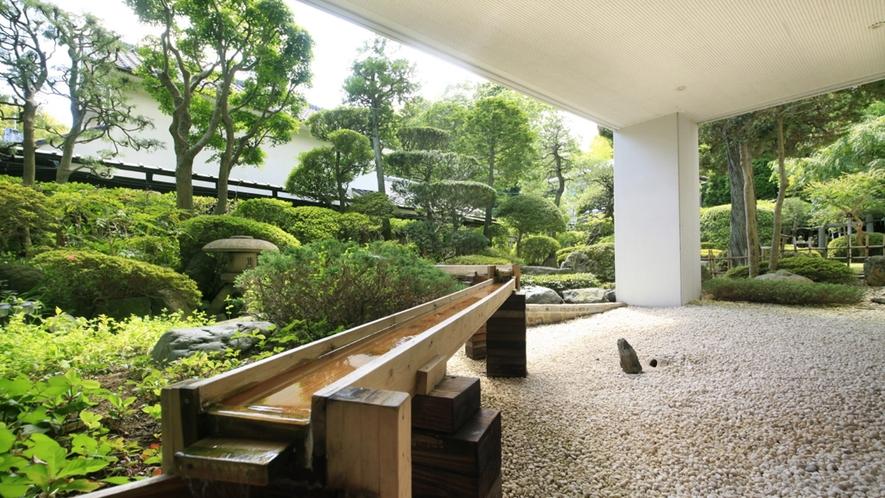 ■中庭/当館自慢の庭園でございます。ご滞在の際はぜひお庭に出て季節の風をお楽しみください。