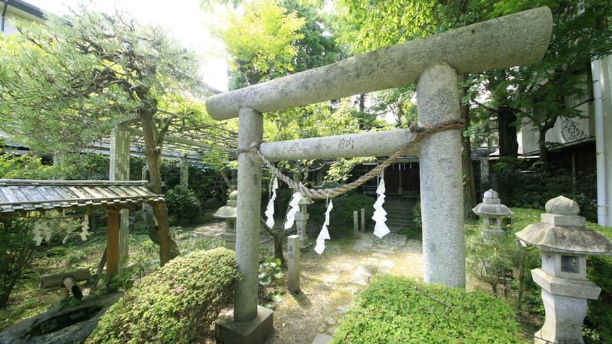 ■中庭/当館に鎮座している藤森稲荷