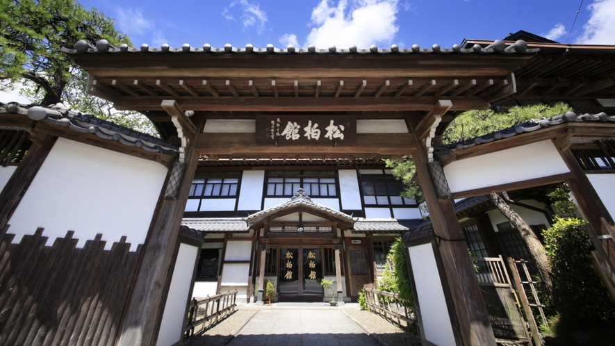 ■松柏館外観/300年以上の歴史のある旅館で、皇室の方々や各界のVIPもお泊りになられました。
