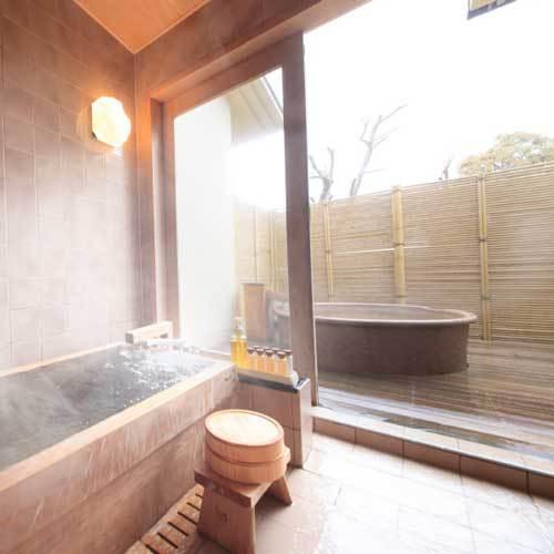 【「雅」の間】檜露天風呂の二つの温泉風呂を備えています。