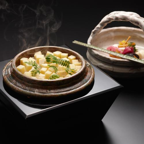 【釜炊き御飯】下拵えから全てが手作業。炊き立てのお米はぴかぴかの粒が自慢の逸品です。