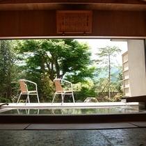 【半露天風呂】柔らかな光が差し込む大きな窓・箱根ならではの四季折々の美しい自然が満喫できる景色と共に
