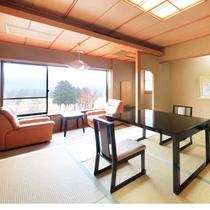 【「扇」の間】広縁から大箱根カントリー倶楽部のグリーンを一望して頂ける和洋室のお部屋です。