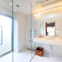 【新館洋室(スイート)】清潔感あふれるシャワールーム