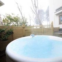 【新館洋室(スイート)】専用スペース内ジャグジー露天風呂にて別荘感覚でお寛ぎいただけます。