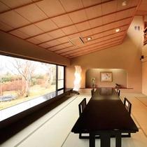 【ラウンジ】窓一面に箱根連山のパノラマを望むラウンジ。
