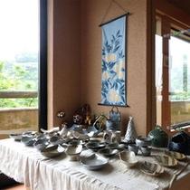 *ロビーには、陶芸品なども展示・販売しています。