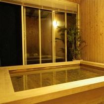 *香り漂う「檜風呂」は無料で貸切利用が出来ます。