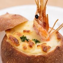 *定番・自家製パンのパングラタン。当館の人気メニューです。