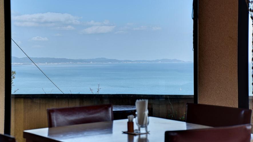 *レストランからは青い海と空の眺望を存分にお楽しみいただけます。