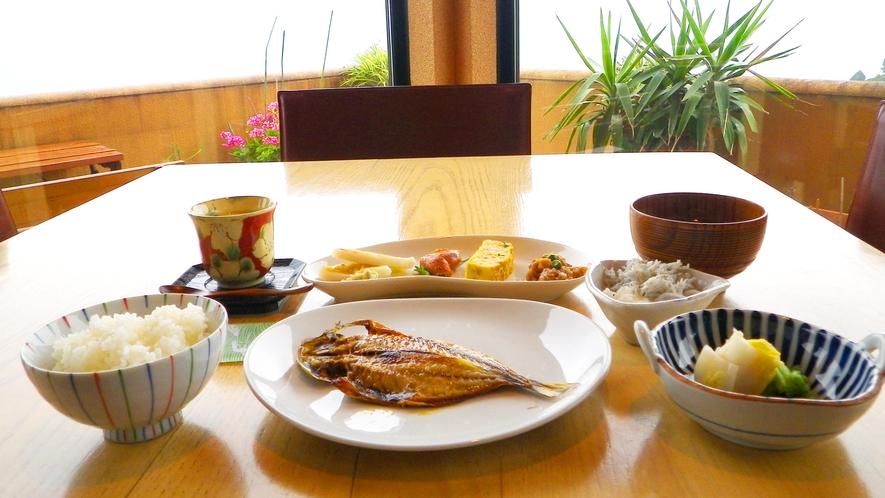 *■朝食 集合一例。眺望もまたご馳走のひとつ。
