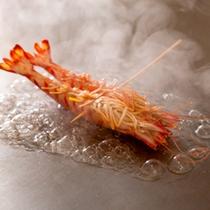 [鉄板焼きコース]活き車海老の食感はぷりぷりそのもの。(期間限定:6/1〜8/31)
