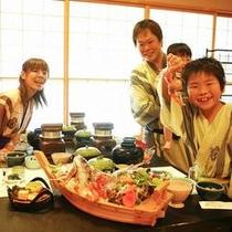 大きな舟盛を家族みんなで囲んで食事