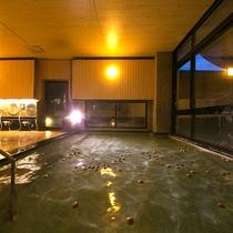 ◆大浴場◆湯面にゆらゆらと浮かぶたくさんの玉子たち。一つ一つに宿る「子宝」への願い