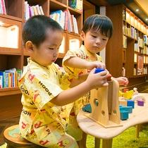 ◆絵本フロア◆絵本の国で描く子どもたちの夢は何色でしょうか……?