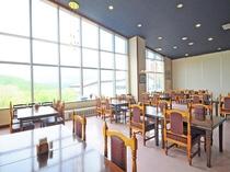【レストラン】大きな窓から四季折々の景色が楽しめます。