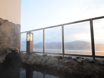 【露天風呂】十勝連峰の眺望に心癒される