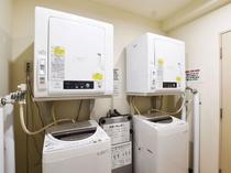 【ランドリー】2台の洗濯機と乾燥機を設置しています。