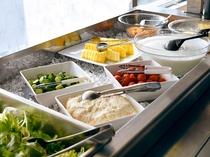 【朝食バイキング】バイキングの定番、野菜サラダ・フルーツの用意もございます。