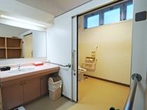 【高齢者、障害者用リハビリ浴室】お手洗いまで段差無くつながっています
