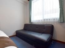 【ツイン】お部屋にはくつろぎのソファーがあります