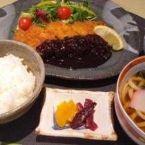 夕食プランメニュー1例。ボリュームのあるとんかつ定食。お腹のすいたときにぴったり。