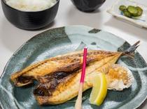 夕食処『花々亭』 選べる二食付きプラン ~日替わりの焼き魚定食(鯖・あじ・ほっけ)~