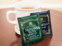 お部屋では紅茶をお楽しみいただけます。ゆったりとお寛ぎくださいませ。