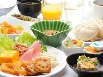 【朝食バイキング無料】定番の卵料理や肉料理から地元食材を使った郷土料理など、常時30品目以上!!