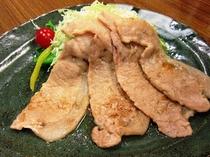 ボリュームたっぷりで食べごたえ十分!特産桃豚しょうが焼き定食