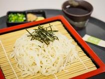 夕食処『花々亭』 秋田名物稲庭うどん。つるりとした喉越しとコシの強さが特徴です。