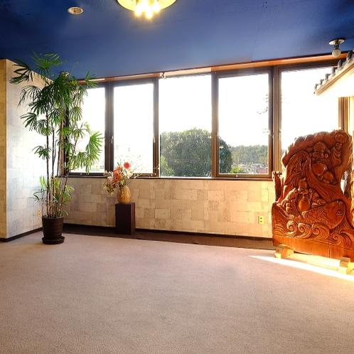 【3階エレベーターホール】窓からは雄大な榛名山を望めます♪
