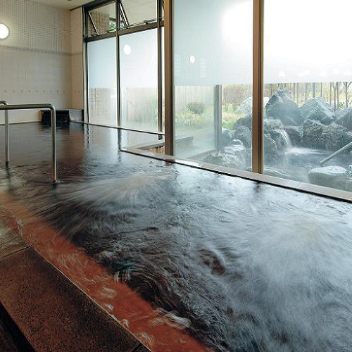 茶褐色の天然温泉は、美肌効果があると評判です。
