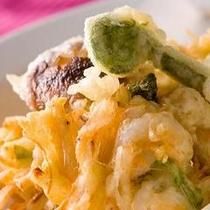 富山名物海老かき揚げはアツアツのサックサク。
