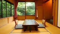 ■【客室一例】どこか懐かしい雰囲気の客室からは天栄山をはじめ木々が生い茂る山が目の前。