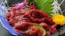 ■【ご夕食一例】馬刺しはさっぱりとした味わいの赤身をにんにく辛味噌でいただくのが会津流。