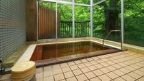 ■【温泉・男湯】明るく開放的な浴室からは移りゆく四季をご覧いただけます。