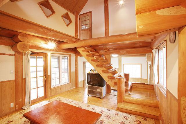 159c5b2ea5e0c  10名用室内 リビングは吹き抜けで開放感たっぷり。のんびり自然を満喫できることまちがいなし