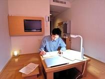 【机に向かう】  余計なものの無い静かなお部屋は、 集中して作業するのに最適な個室空間です。
