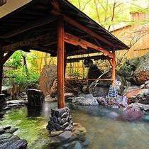 【露天風呂】  *温泉のぬくもりと谷川の新鮮な空気の両方をいっぺんにお楽しみください!