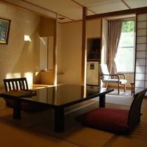 和室一例。ご家族でゆっくりお寛ぎいただける広さ(10畳間)と古き良きたたずまいを残した雰囲気のお部屋